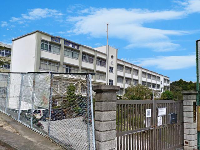 伊川谷中学校 約1060m(徒歩14分)