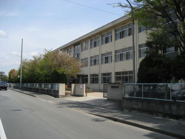 鳩里小学校 約990m(徒歩13分)