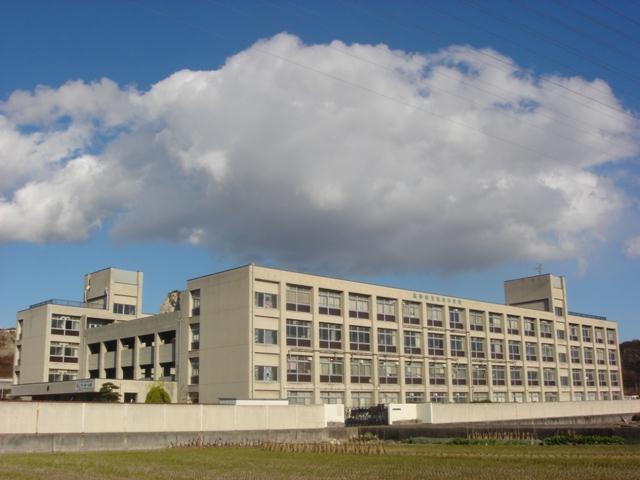 竜山中学校…約750m